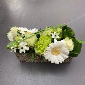 Wit bloemstuk in stenen potje allerheiligen