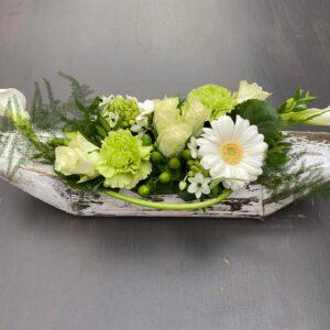 bloemstuk in houten schaal
