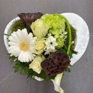 Kleine hartvomrige schaal met bloemen