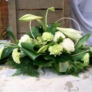 Allerheiligen bloemstuk met lelies en groen